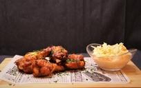 350g Pečená pikantní kuřecí křidélka, hranolky, BBQ